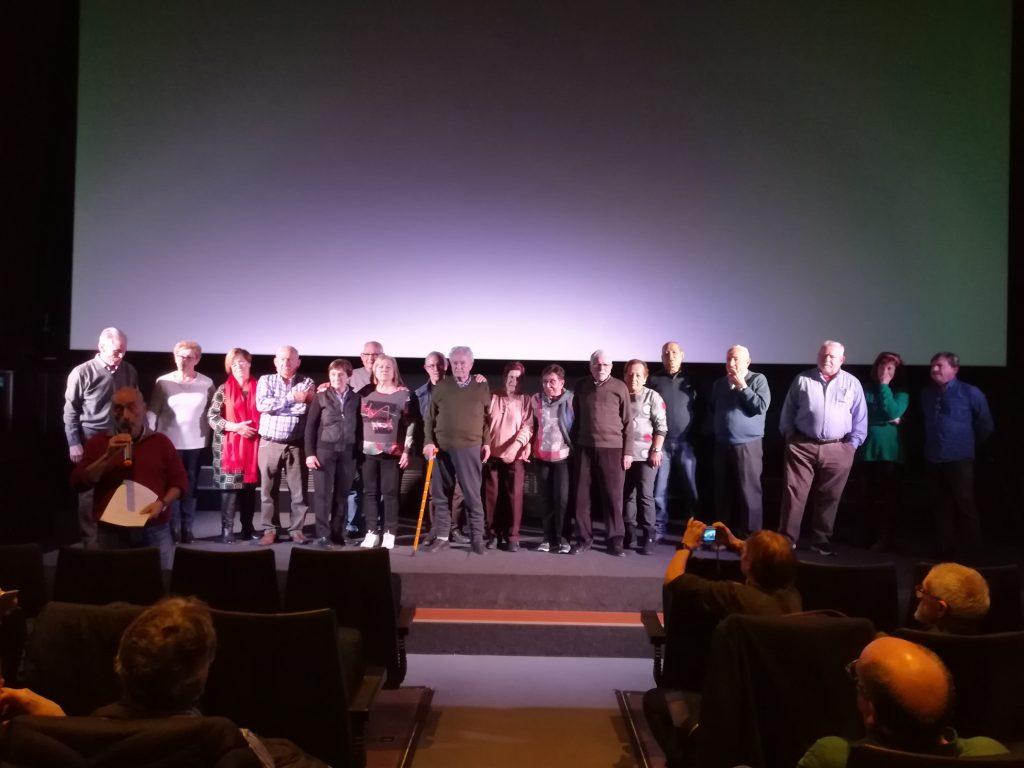 Protagonistas del documental encima del escenario del cine en el estreno